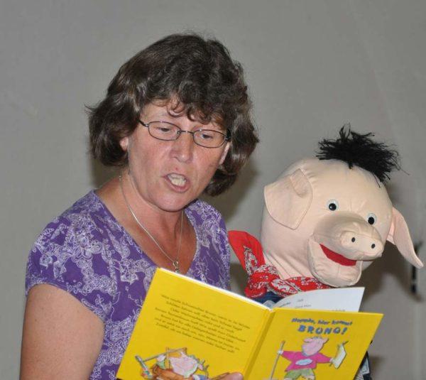 Foto von Susanne und Schweinchen Bruno während der Lesung