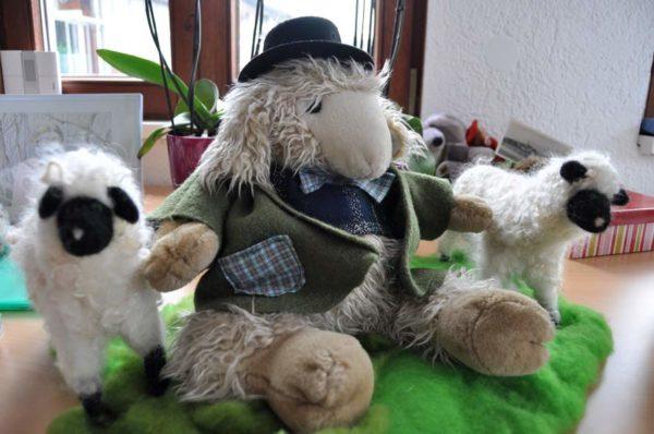 Stoffschaf Charles mit Hut und Jacke